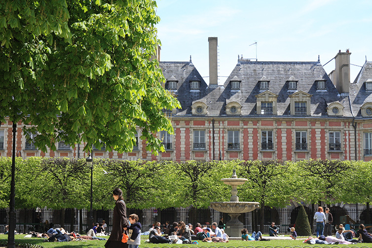place-des-voges_paris_summer